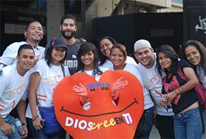 Seventh-day Adventists took to the streets of Caracas looking to capture one million smiles in photographs with the message God believes in You to place on their social media outlets.