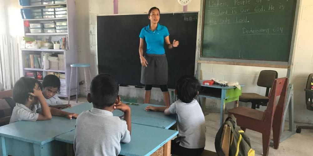 Nerly Macias Figueroa teaching children at Ebeye Seventh-day Adventist School. (Andrew McChesney / Adventist Mission)