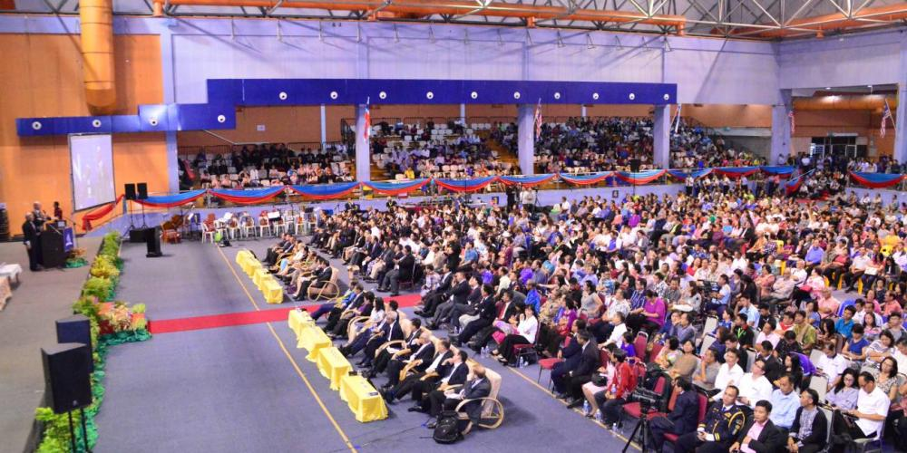 Adventist Church president Ted N.C. Wilson speaking to about 4,000 people in an indoor stadium in Kota Kinabalu, Malaysia, on Nov. 1, 2017. (Helmy Hazel Baleh / Sabah Mission)