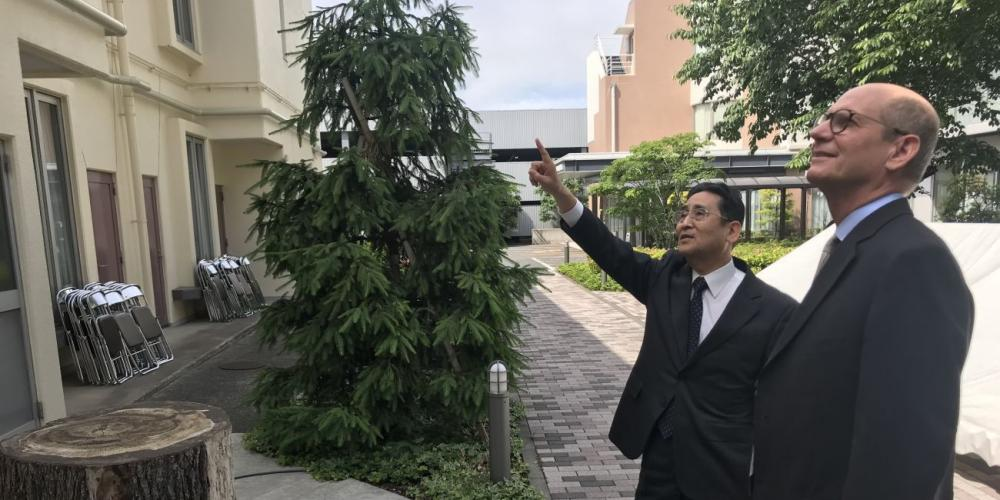Kyoichi Miyazaki, first elder of Amanuma Seventh-day Adventist Church, showing a new waterpipe, left, to Adventist Church president Ted N.C. Wilson in Tokyo, Japan. (Andrew McChesney / Adventist Mission)