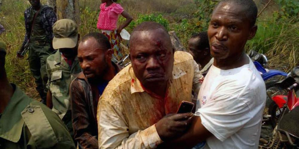 Adventist lay evangelist Pius Kabadi Tshiombe, 53, center, being helped from the site of an An-2 plane crash about 2 miles (3 kilometers) from Kamako airport in the Democratic Republic of Congo on July 27, 2018. (Crash photos courtesy of Nicole Ntumba Kabadi)