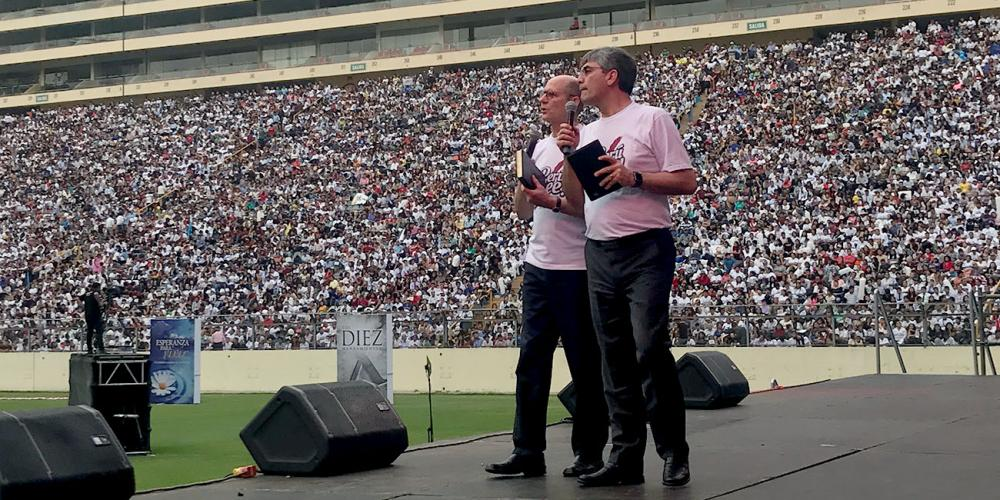 Adventist Church president Ted N.C. Wilson speaking to 52,000 people at Monumental stadium as Magdiel Pérez Schulz, assistant to the church president, interprets into Spanish in Lima, Peru, on May 4, 2019. (Pastor Ted Wilson / Facebook)