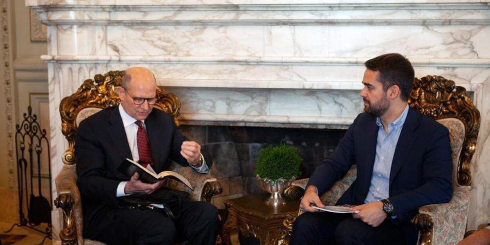 Seventh-day Adventist Church president Ted N.C. Wilson reading from the Bible to Eduardo Leite, governor of Brazil's southern state of Rio Grande do Sul, during a meeting in the governor's office in Porto Alegre on April 26, 2019. (Leonardo Preuss / South Brazil Union Conference)